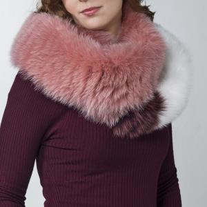 Close the scarf to obtain an endless loop that you can wrap around your neck twice, for a stunning, exclusive fur collar.